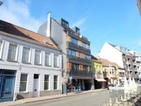 Dit eigentijds duplexappartement is pal gelegen in het centrum van Deinze en omvat een ruime lichtrijke leefruimte bestaande uit een zithoek met aanpa