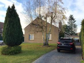 In het landelijke Bachte-Maria-Leerne vinden we op 5 min van het centrum van Deinze, deze goed onderhouden bungalow op 1024m². Scholen, openbaar