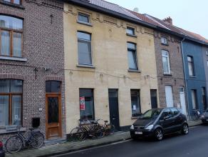 Gezellige rijwoning gelegen in de nabijheid van de Rooigemlaan te Gent. De woning bestaat uit een inkomhal, een leefruimte met open keuken. Op de eers