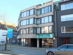 In het centrum van Deinze vinden we dit recent gerenoveerd 2-slaapkamer appartement. Dit gezellige appartement bevindt zich op de 1e verdieping en omv