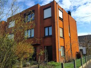 In een rustige verkaveling te Wondelgem vindt u deze ruime driegevel bel-étagewoning. De woning is gelegen in een rustige, kindvriendelijke buu