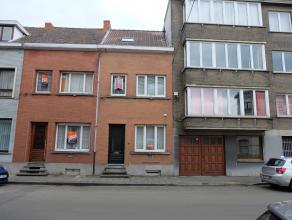 Deze gerenoveerde woning geniet van een centrale ligging, vlakbij de ring rond Gent (Martelaarslaan) en de Coupure Links, op fietsafstand van het hist