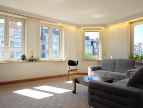 ?In het centrum van Deinze vinden we in een doodlopende straat dit ruime duplex-appartement met 3 slaapkamers. Op de 1e verdieping beschikt dit appart