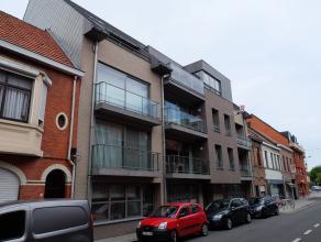 Dit recente duplexappartement (146 m2), gelegen op de 3de verdieping omvat: inkomhal met apart toilet, zeer ruime living met open ingerichte keuken en