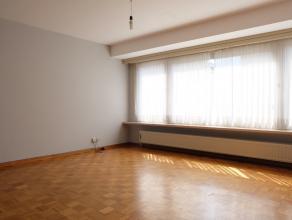 In het centrum van Deinze vinden we dit ruime appartement gelegen op de 1e verdieping. Het appartement omvat een inkomhal met gastentoilet, lichtrijke