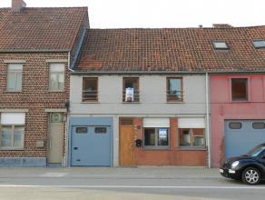 Gerenoveerde WONING, bestaande uit : aparte inkomhall, ruime & lichtrijke living, nieuw ingerichte keuken met grote frigo, keramische kookplaat en
