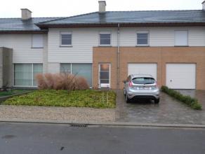 RecenteWONING, bestaande uit : inkomhal met vestiaire en apart toilet, ruime living in L- vorm, volledig uitgeruste keuken en zicht op de tuin, badkam