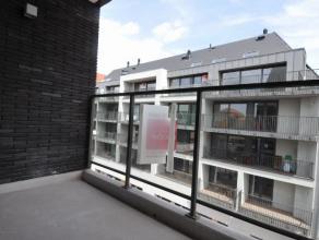 Bestaande uit hall, living, ingerichte open keuken, berging, 2 slaapkamers, badkamer (douche), terras, garage en kelder. Gelegen in de Tolpoortstraat.