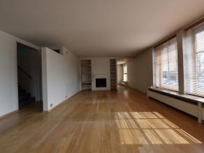Ruime luxe - woning (appartement). Afzonderlijk gebouw bestaande uit een inkomhall, wasberging, 3 garages, wijnkelder, lichtrijke living met open haar