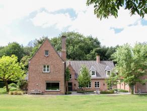 Op het vroegere kasteeldomein van Beernem werd in 1973 dit landhuis gebouwd met authentieke bouwmaterialen van het vroegere kasteel. Gekaderd in een z