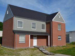 Uiterst verzorgde vrijstaande moderne nieuwbouwvilla op 612 m2, gelegen aan de Roeselaarse rand. Rustig gelegen op het eind van een doodlopende en ver
