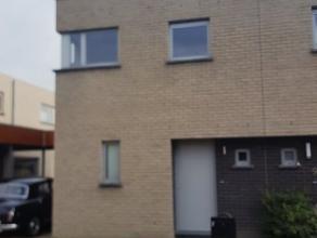 Deze recente woning ligt in een rustige verkaveling aan de rand van de dorpskern van Waregem. Ze omvat  een carport en een afgesloten tuin. Deze wonin