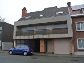Handelspand met woonst te huur in centrum Roeselare.Het handelspand omvat:-Winkelruimte met een totale oppervlakte van 85m²- Zeer veel opslagruim