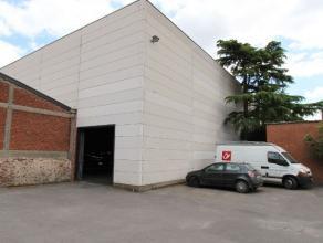 AUTOSTAANPLAATSEN (indoor/outdoor) OOK AFZONDERLIJK TE HUREN! Wij bieden u een ruime loods aan van 809 m², nabij het centrum van Roeselare en vla