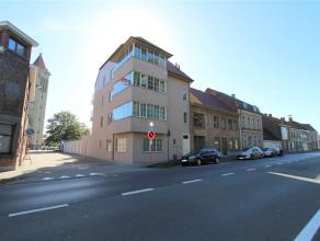 Luxueus appartement in kleine en rustige residentie, nabij het centrum van Roeselare. Dit hoekappartement wordt gekenmerkt door veel lichtinval en hoo