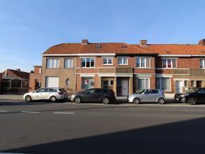 Deze charmante en zeer recent volledig gerenoveerde rijwoning is gelegen tussen Roeselare en Rumbeke. De woning heeft volgende indeling: inkomhal met