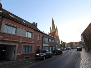 Twee aanpalende eigendommen in centrum Rumbeke, gelegen aan de Sint-Petrus & Pauluskerk. De linkse woning werd sedert 2000 grotendeels vernieuwd e