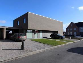 Deze recente (2013) half open woning is afgewerkt met hoogwaardige materialen en biedt u een prachtig landelijk zicht! De moderne architectuur, doorda
