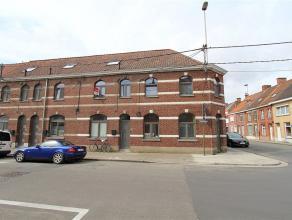 Deze charmante, instapklare rijwoning is gelegen op korte afstand van het centrum van Roeselare. De woning werd recent volledig gerenoveerd en is bove