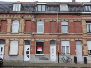 Deze instapklare rijwoning is gelegen op enkele minuten van het centrum van Kortrijk en bevindt zich op een boogscheut van de E17. De woning werd in 2