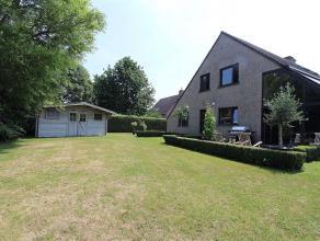 Deze ruime alleenstaande woning is gelegen in een hele rustige woonwijk tussen het stadscentrum en de ring rond Roeselare. De woning heeft een voortui