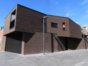 Moderne bel-étage woonst op De Munt, vlakbij ARhus. De woning werd in 2014 gebouwd en omvat op het gelijkvloers een inkomhal met trap naar leef