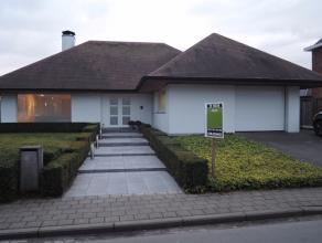 Modern rustig gelegen alleenstaande drie-slaapkamer VILLA met aangelegde tuin, garage & tuinhuis. Vlakbij het centrum van Gits.