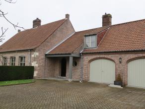 Zeer ruime charmante alleenstaand VILLA (type bungalow, gelijkvloerse bewoning met zadeldak) met dubbele garage en grote aangelegde tuin. Langsheen ri