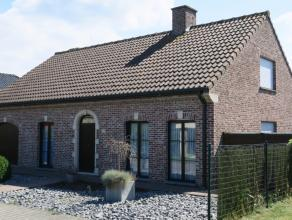 Rustig gelegen alleenstaande woning met drie slaapkamers, Zuid-West georiënteerde privacy-tuin en garage op perceel van 583 m². Vlot bereikb