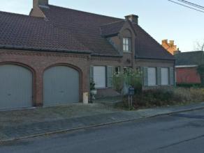Rustig gelegen villa op De Zilverberg op de rand van Roeselareingedeeld als volgt :* living met open haard en zicht op de tuin* zonnige ingerichte keu