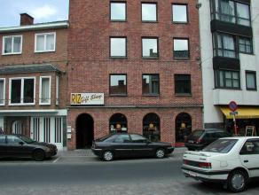 Zeer mooi gelegen dicht bij de markt van Roeselare.Appartement in goede staat, bestaande uit inkom met draaitrap en gastentoilet, ruime living, eethoe