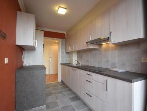 Net en comfortabel appartement op wandelafstand van centrum, bestaande uit inkom, woonkamer, nieuwe keuken met alle toestellen en prachtige, nieuwe vl