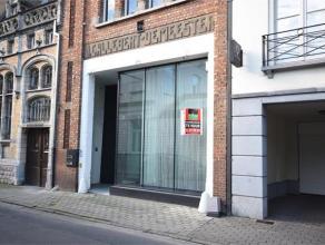 HENRI HORRIESTRAAT 3 - ROESELARE Zeer mooie, commerciële ligging in opgewaardeerde Henri Horriestraat; palend aan de Ooststraat, dé winkel