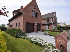 DE WITTE REEK 8 - ROESELARE Goed onderhouden klassieke villa gelegen aan de rand van Roeselare. Bestaat uit een inkomhal, woonplaats, ruime leefkeuken