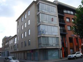 TORENSTRAAT 7 bus 5 - ROESELARE Dit gezellig appartement op de derde verdieping met panoramisch zicht, ligt in volle stadscentrum en werd volledig opg
