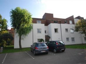 SINT-SEBASTIAANSSTRAAT 33/2 - ROESELARE Dit rustig gelegen gelijkvloers appartement beschikt over een ruime inkomhal met apart toilet, een ruime, zonn