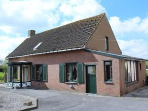 Deze eigendom is gelegen op de grens Torhout-Ichtegem, op het einde van een doodlopend straatje. De woning omvat een inkom, een ruime woonkamer met pr