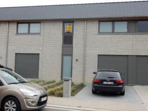 De woning bestaande uit een inkom met toilet, woonkamer met open ingerichte keuken, 3 slaapkamers, badkamer, terras met tuin, garage. Vrij: 15 oktober