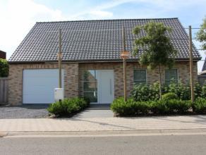 Mooie recente woning in rustige buurt, goede bereikbaarheid naar Roeselare, Kortrijk en IeperInkomhal met trap en toilet, ruime living met open ingeri