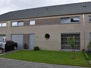 Recente, ruime en moderne eengezinswoning met grote living, open keuken, 3 slaapkamers, dressing, badkamer, garage en tuin.