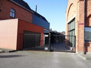 Centrum Ieper, oude picanol site.Overdekte autostaanplaats voorzien met automatische inrijpoort.