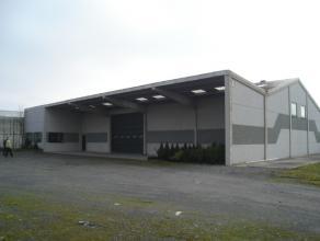 Loods +/- 400 m² te huur op afgesloten terrein van 2000 m² met overdekte stapelruimte (+/- 100m²).Huurprijs: 650 euro/maand voor loods