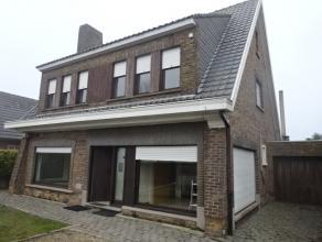 Villa op invalsweg met 4 slaapkamers, tuin en garage te WevelgemBestaande uit:* Gelijkvloers; ruime oprit, inkomhal aansluitend op bureau, living met