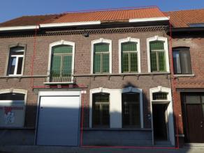 Gerenoveerde zonnige woning type herenhuis bestaande uit living met bewaarde authentieke elementen en nieuwe parket, volledige nieuwbouwkeuken met sch