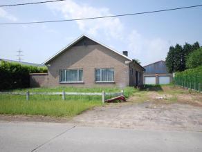 Deze volledig te renoveren bungalow 1974 omvat 180 m² bwb . opp verdeeld over inkomhal, toilet, vestiaire, hall, , ruime her in te richten keuken