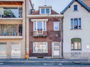 Deze te renoveren maar goed gelegen woning te Mariakerke bestaat uit ; op het gelijkvloers ; inkomhal, L-vormige living met zicht op straatzijde, koer