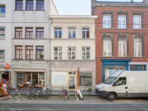 Deze ruime stadswoning is gelegen in het centrum van de stad. Ze heeft een grondoppervlakte van 102 m². Straatbreedte 6m. De woning bestaat uit e