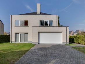 Deze recente villa heeft een bewoonbare oppervlakte van 370m². De woning werd voorzien van een grote open inkom, ruime living met open haard, apa