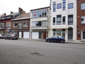 De woning ligt in Gent-centrum, met uitzicht op de Leie. Er is een inkom met vestiaire, living, keuken met toestellen, 3 ruime slaapkamers, badkamer m