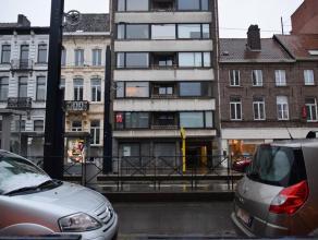 Dit ongemeubeld appartement op de eerste verdieping bestaande uit een inkom met vestiaire en apart toilet, een ruime woonkamer met aansluitend de keuk